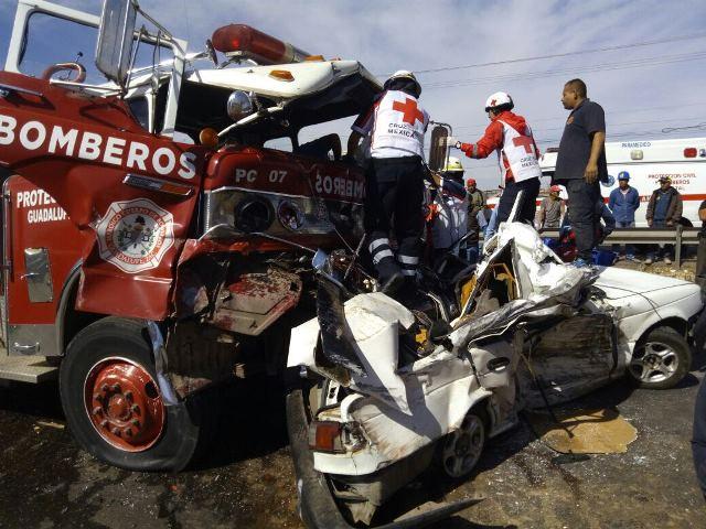 ¡Automovilista se salvó de morir embestido y arrastrado por un camión de Bomberos en Guadalupe, Zacatecas!