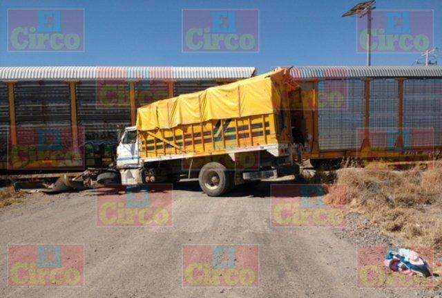¡El tren embistió un camión torton en Lagos de Moreno y sus ocupantes se salvaron de morir!