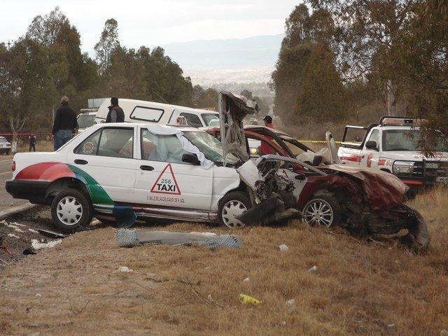 ¡Choque frontal entre auto particular y taxi dejó 1 muerto y 5 lesionados en Aguascalientes!