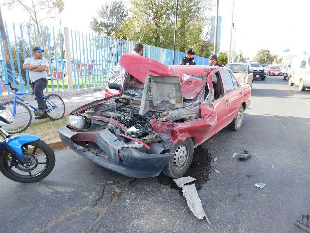 ¡Auto se estrelló contra un camión urbano en Aguascalientes y dejó saldo de 2 lesionados!