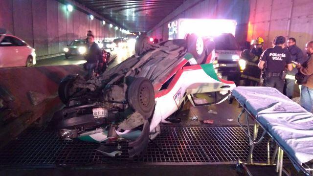 ¡Espectacular volcadura de un taxi en Aguascalientes dejó 2 lesionados graves!