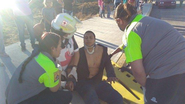 ¡4 jóvenes que andaban de parranda chocaron en su auto contra un poste y resultaron lesionados en Aguascalientes!
