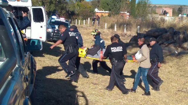 ¡4 policías municipales se salvaron de morir tras impresionante volcadura en Aguascalientes!