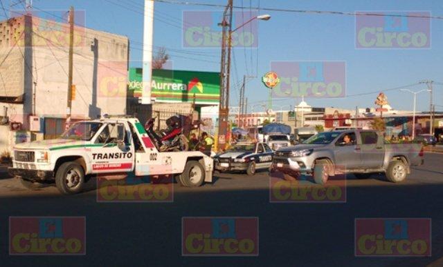 ¡3 lesionados tras choque entre motocicleta y automóvil en Lagos de Moreno!