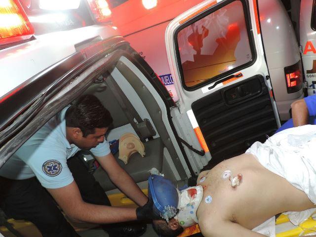 ¡3 lesionados dejó choque entre un auto y una ambulancia de Jalisco en Aguascalientes!