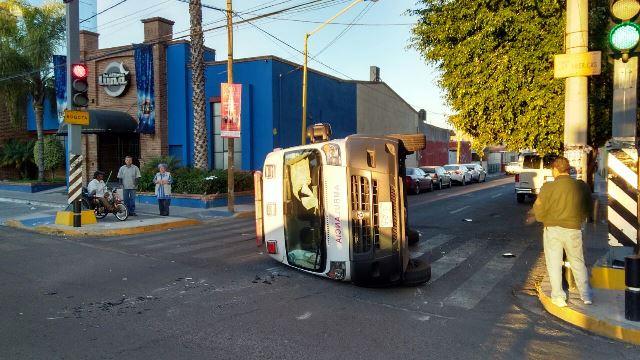 ¡Aparatoso choque-volcadura entre un auto y una ambulancia del IMSS en Aguascalientes!