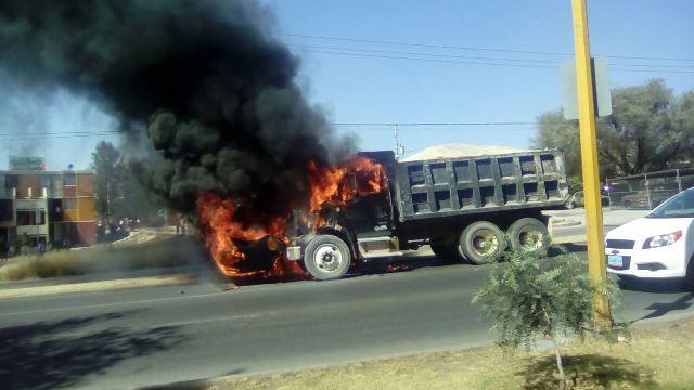 ¡Camión de volteo se incendió en circulación en Aguascalientes!