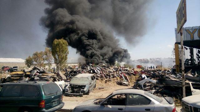 ¡Incendio consumió 90 vehículos en un yonque en Aguascalientes!