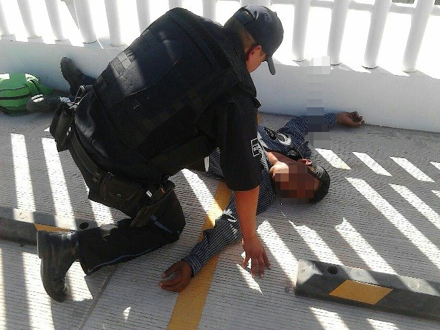 ¡Adicto intentó suicidarse en Aguascalientes en un Centro de Salud y policías preventivos lo evitaron!