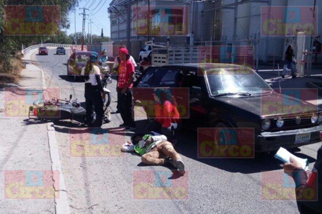 ¡Motociclista lesionado tras impactarse contra un automóvil en Lagos de Moreno!