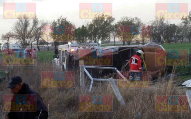 ¡1 muerta y 2 lesionados graves tras la volcadura de una camioneta en Betulia, Jalisco!