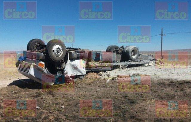 ¡Chofer murió tras la volcadura de un tráiler en la carretera Ojuelos-Zacatecas!
