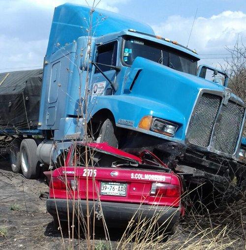 ¡Mueren aplastadas por un trailer 2 personas de Aguascalientes que viajaban en un taxi en La Chona!