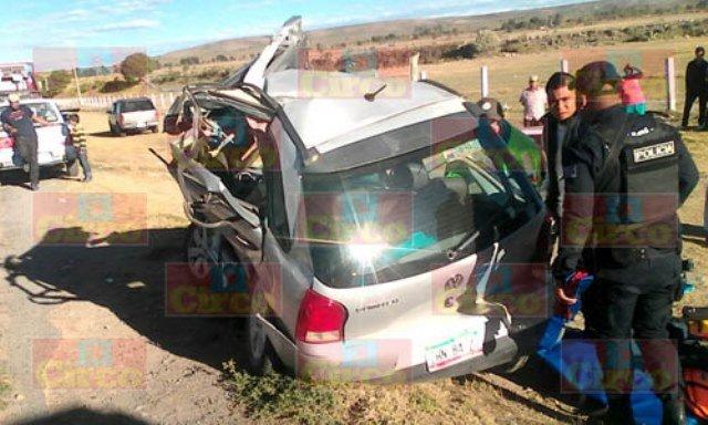 ¡Choque entre un auto y un tráiler dejó 1 muerto y 2 lesionados en Ojuelos, Jalisco!
