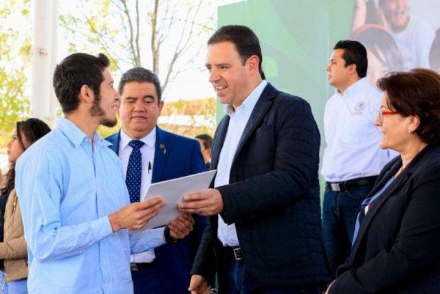 ¡Gobernador Alejandro Tello apoya con becas a jóvenes para que no abandonen sus estudios!