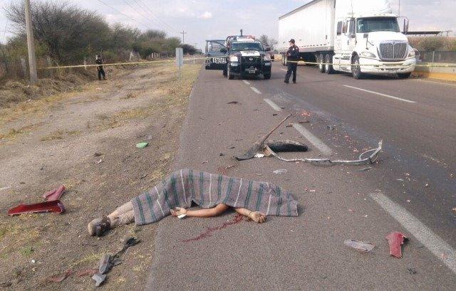¡Adolescente motociclista murió con la cabeza destrozada tras impactarlo un trailer en Aguascalientes!