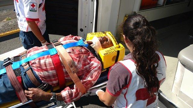 ¡3 lesionados tras doble choque entre una camioneta y un automóvil en Aguascalientes!