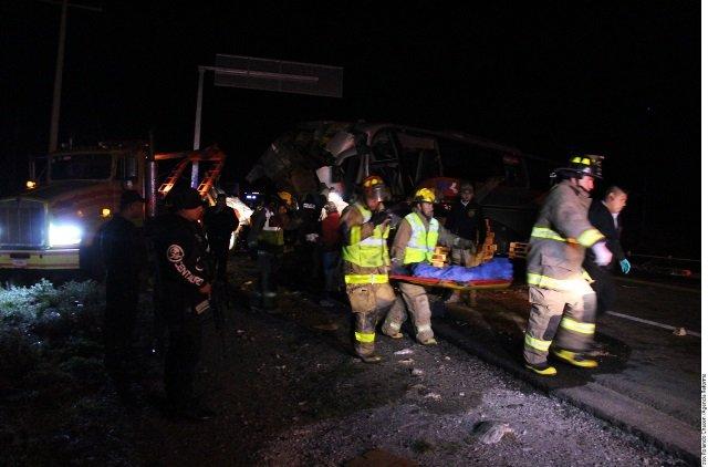 ¡3 muertos y 10 lesionados tras espantoso choque entre un autobús y un tráiler!