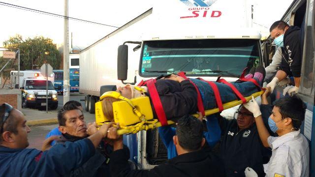 ¡Fuerte choque entre un camión urbano y un tráiler dejó 4 lesionados en Aguascalientes!