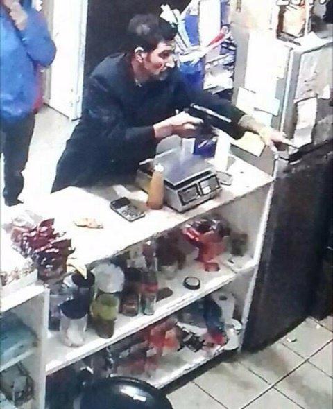 ¡2 sujetos empistolados asaltaron una tienda de abarrotes en Aguascalientes!