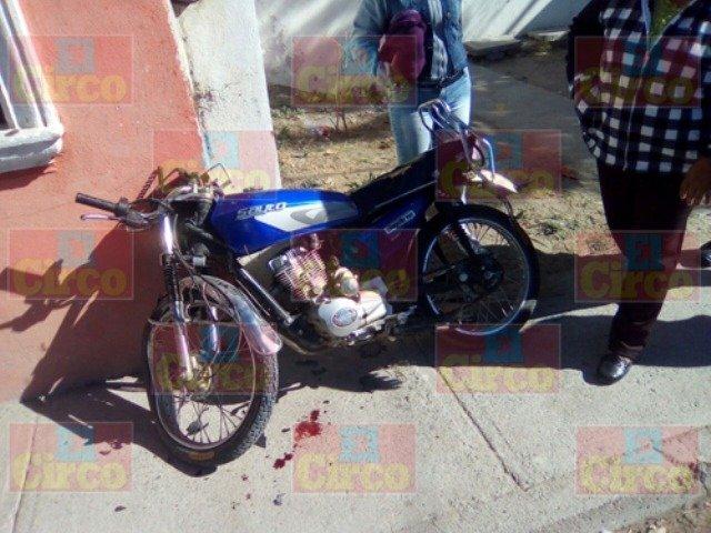¡Motociclista lesionado tras chocar contra una casa en Lagos de Moreno!