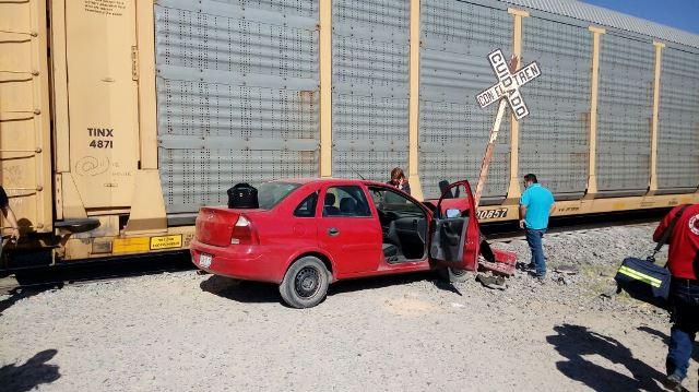 ¡Mujer automovilista chocó contra el tren en Aguascalientes y salió ilesa!