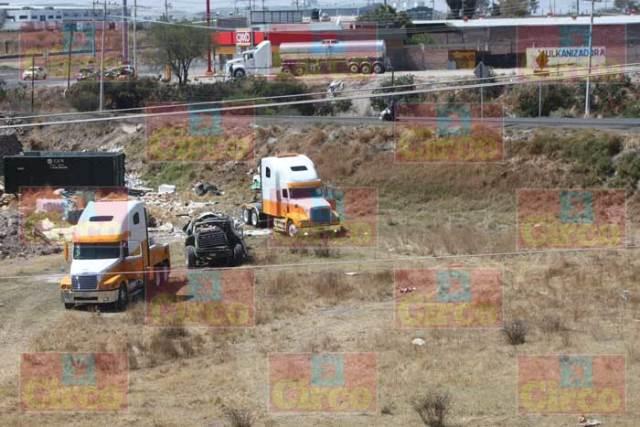 ¡Aparatosa volcadura de un camión cargado con reciclaje en Lagos de Moreno!