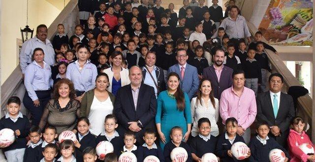 """¡Entregó la alcaldesa Tere Jiménez lentes a niñas y niños beneficiarios del convenio """"Goles para Ver Mejor""""!"""