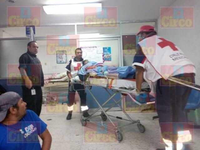 ¡2 jóvenes motociclistas lesionados tras un accidente en Lagos de Moreno!