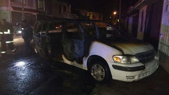 ¡Se incendió una camioneta en Aguascalientes y dañó otros 2 vehículos!