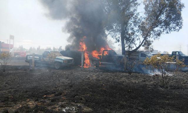 ¡Incendio de pasto arrasó con tres camionetas en Aguascalientes!
