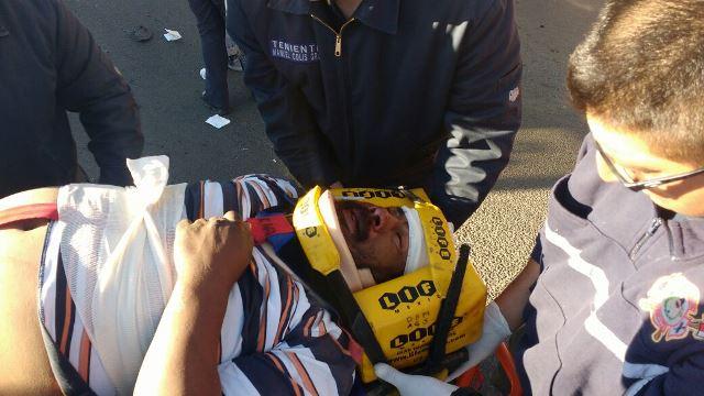 ¡Motociclista lesionado tras chocar contra un taxi en Aguascalientes!