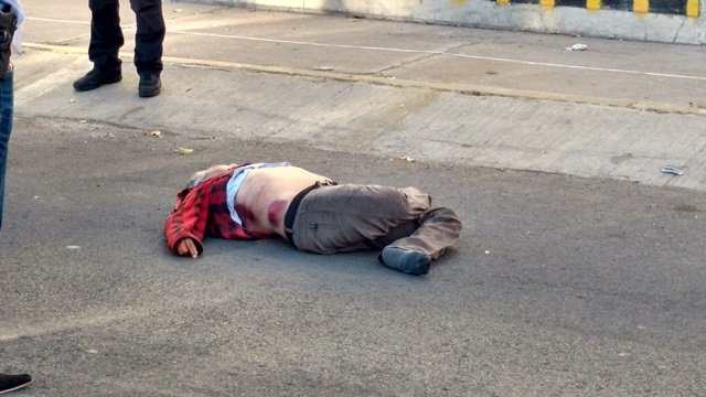 ¡Comerciante de tamales murió atropellado por veloz camioneta en Aguascalientes!