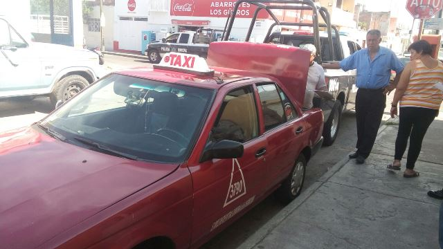 ¡Asaltaron a un taxista, le quitaron el auto de alquiler y policías municipales lo recuperaron en Aguascalientes!