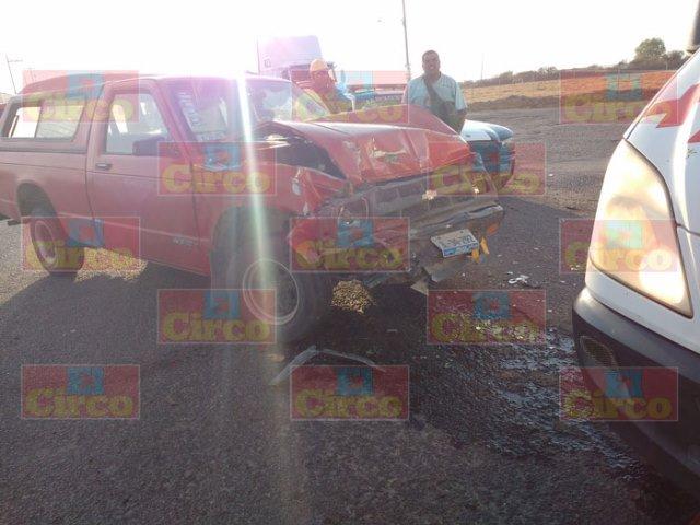 ¡Choque entre camioneta y tráiler dejó 2 lesionados en Lagos de Moreno!