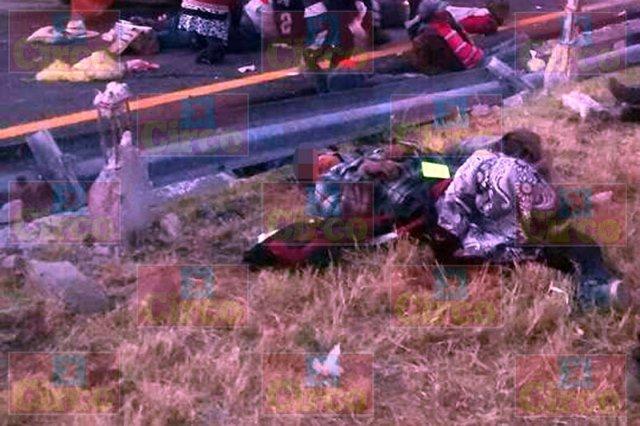 ¡Volcadura de una camioneta en Lagos de Moreno dejó 1 muerto y 18 lesionados!