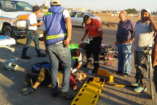 ¡Motociclista lesionado tras estrellarse contra una camioneta en Lagos de Moreno!