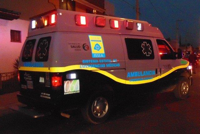 ¡Policía municipal que atendería un intento de robo fue embestido por una automovilista en Aguascalientes!