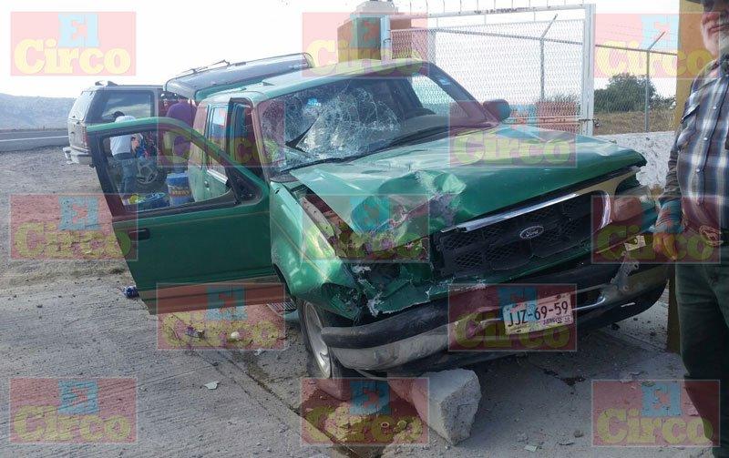 ¡Camioneta chocó contra un poste en Lagos de Moreno y dejó 1 niña lesionada!