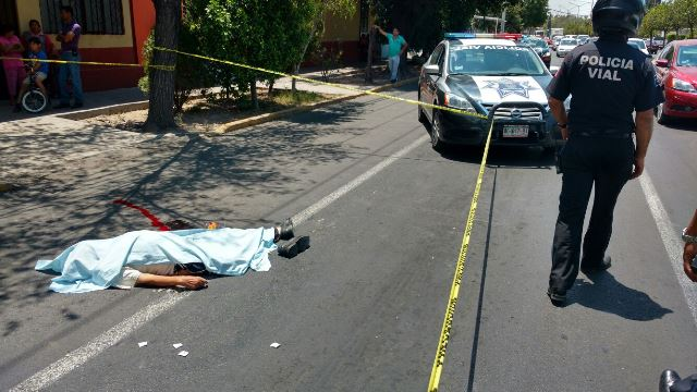 ¡Hombre que pedía limosna en silla de ruedas murió aplastado por un camión urbano en Aguascalientes!