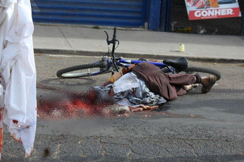 ¡Ancianito ciclista murió aplastado por un tráiler en Aguascalientes!