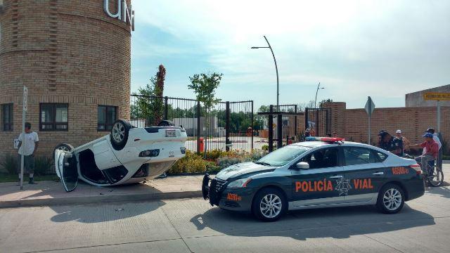 ¡Mujer volcó su automóvil por no atropellar a un perro en Aguascalientes!