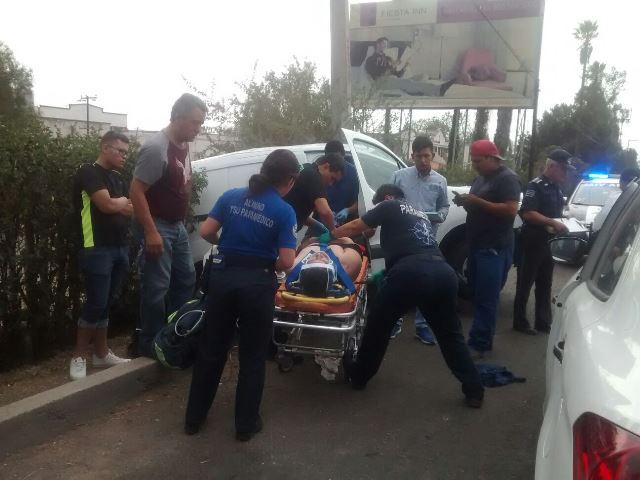 ¡Camioneta se estrelló contra un poste de concreto en Aguascalientes y dejó 2 lesionados, uno grave!