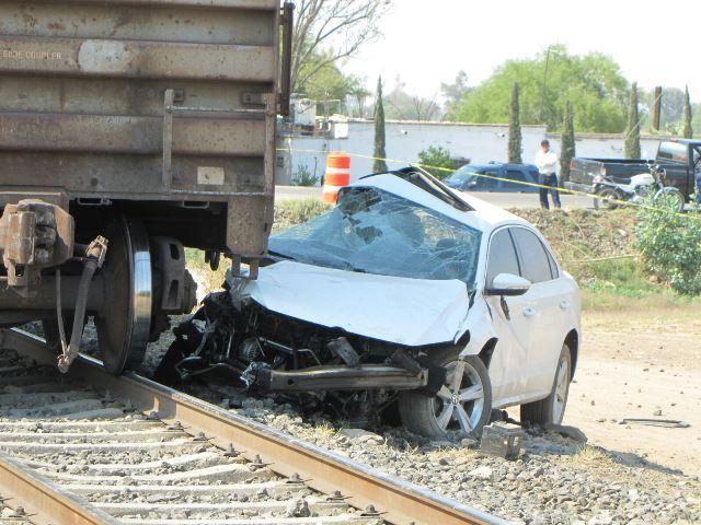 ¡Automóvil fue embestido por el tren en Aguascalientes: 2 muertos!