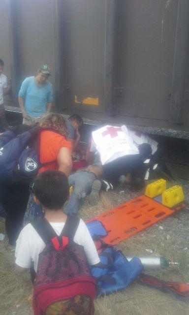 ¡Motociclista grave al ser arrollado por el tren!