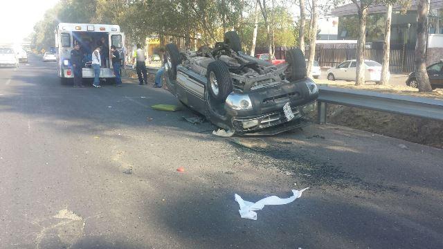 ¡Choque-volcadura entre 2 camionetas dejó 3 lesionados en Aguascalientes!