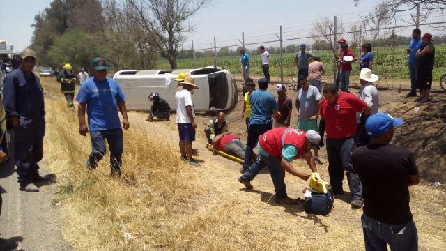 ¡Volcadura de combi de transporte público en Aguascalientes dejó 4 lesionados!