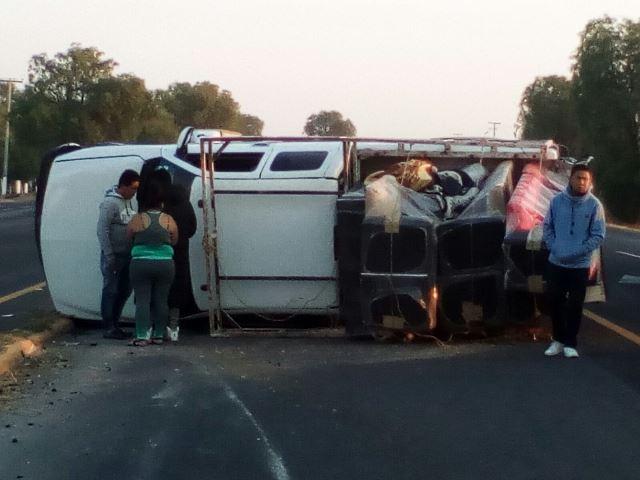 ¡Autobús chocó y volcó una camioneta en Aguascalientes: 5 lesionados!