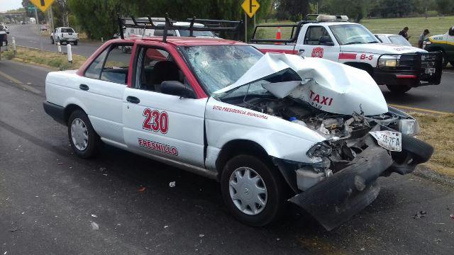 ¡Taxi de Fresnillo participó en fuerte accidente en Aguascalientes: 6 lesionados!