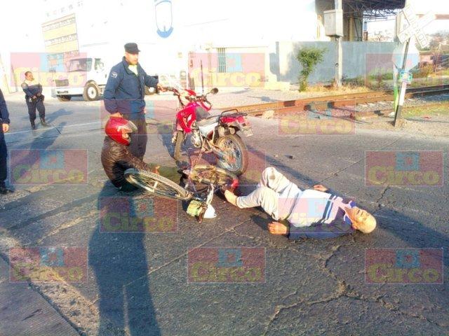 ¡Motociclista embistió a ciclista en Lagos de Moreno y ambos resultaron lesionados!